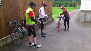 Sture kommer med sykkelen sin til verkstedet